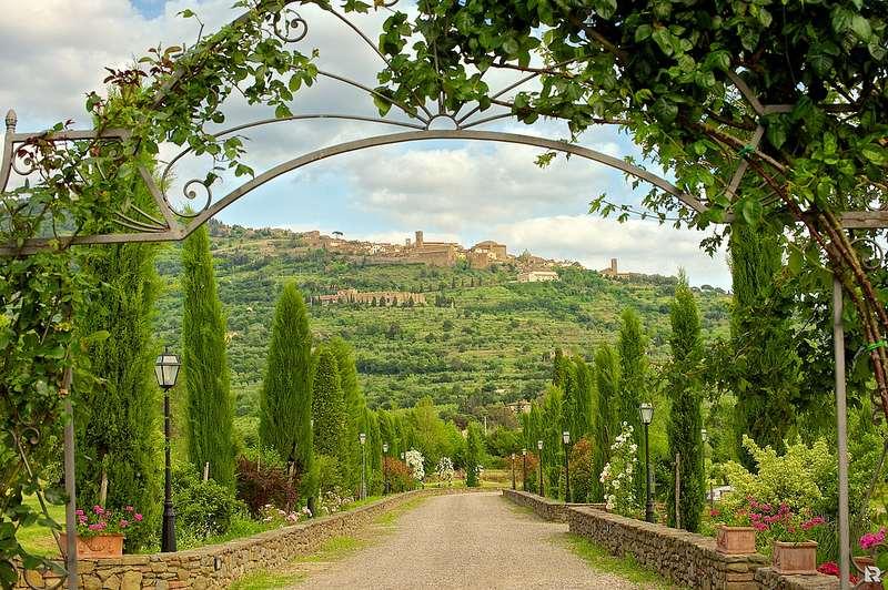Entrada de un lujoso hotel palacio en Toscana. Foto de Riccardo Consiglio.