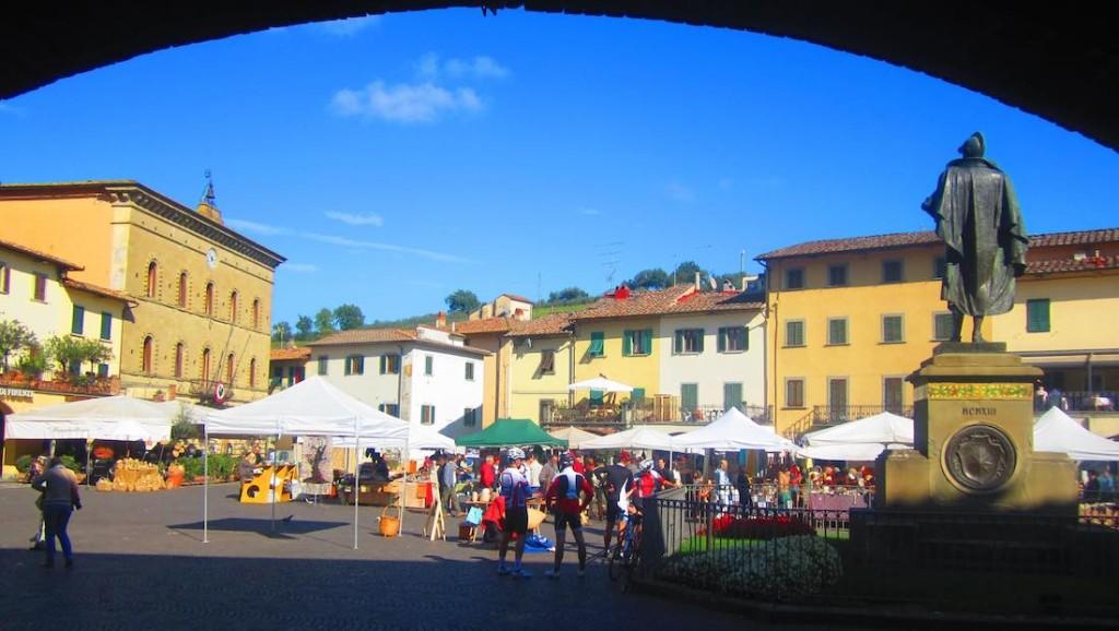 Plaza central de Greve In Chianti, capital de esta zona vinícola toscana. ©María Calvo.