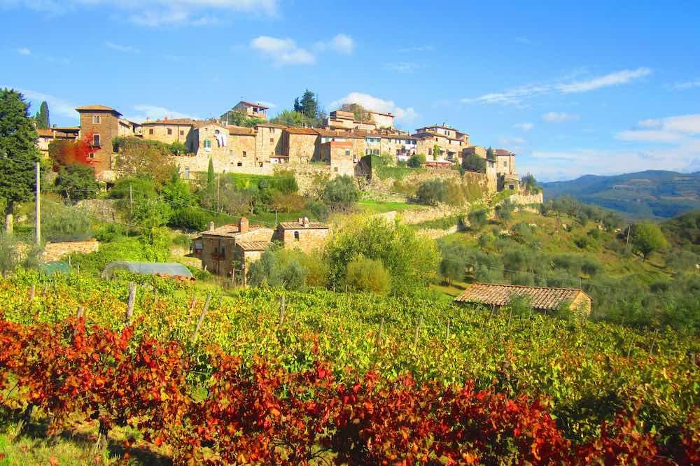 Vista del precioso pueblo de Monteriorale, entre Greve in Chianti y la Badia de. María Calvo.