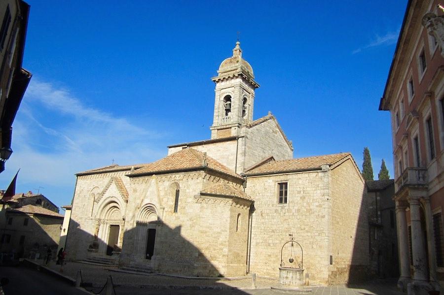 Una de las plazas más céntricas de San Quirico de Orcia. ©María Calvo.