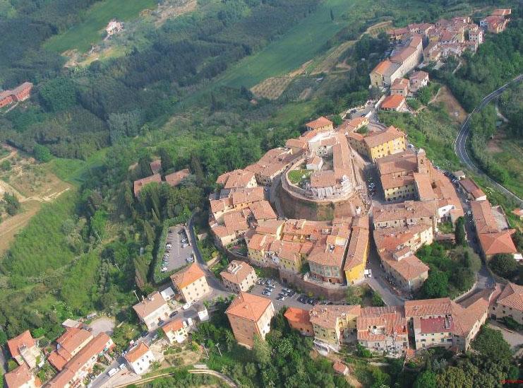 Casco antiguo de Lari con el castello dei Viccari en el centro.