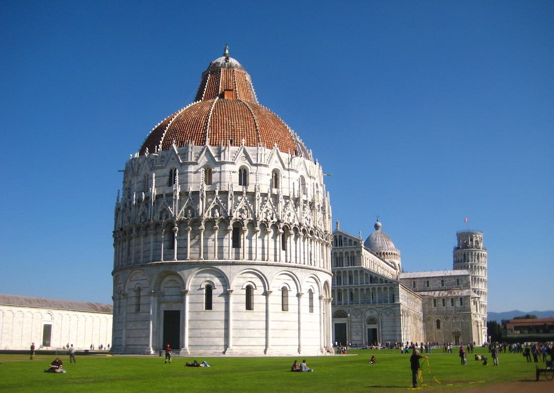 Baptisterio de la catedral de Pisa, al fondo la famosísima Torre inclinada. ©Íñigo Pedrueza.