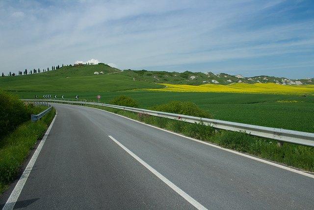 Carretera cerca de Asciano en la Crete Senesi.