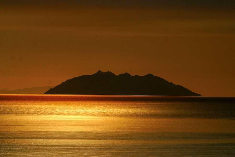 Vista de la parte oriental de la isla de Elba desde a Toscana continental.