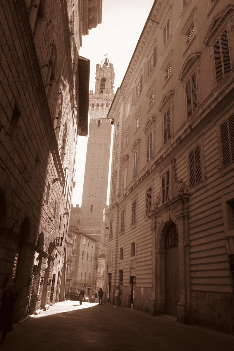 Siena monumental. En las callejuelas se vislumbra el Palazzo