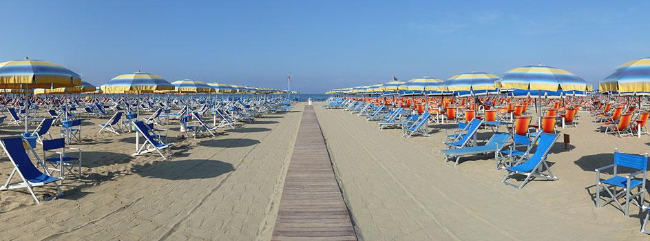 Playa de Viareggio con sus siempre presentes hamacas y sombrillas