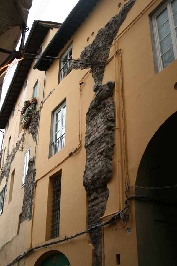 Restos del anfiteatro insertados en los edificios