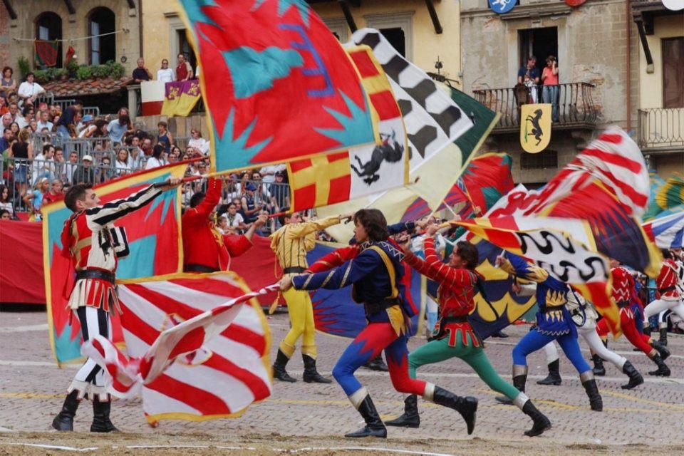 Los sbandieratori de Arezzo en la Fiesta de la Giostra del Saracino