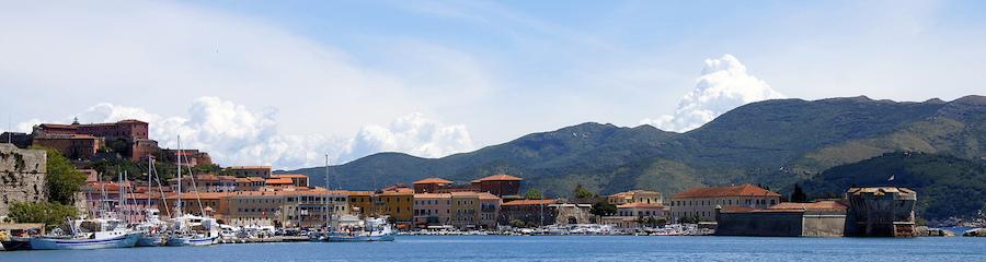 La bella localidad de Portoferraio, capital de la isla de Elba.