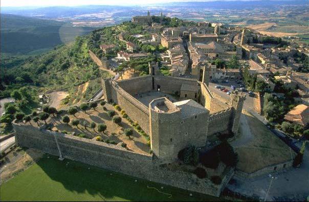Vista de Montalcino con el castillo