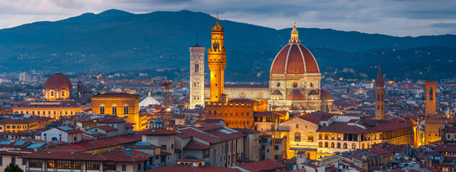 Panorámica nocturna con el Duomo de Santa Maria del Fiore iluminado