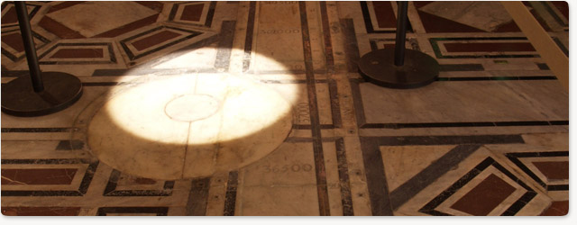 Reloj solar en el suelo del Duomo de Florencia