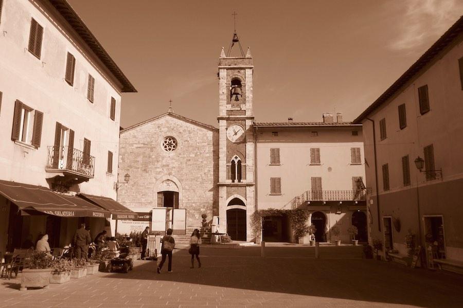 Iglesia de la Collegiata en el casco histórico de San Quirico. ©María Calvo.