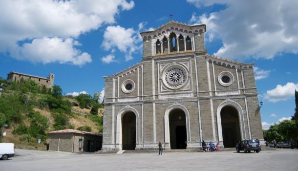 El Santuario de Santa Margherita y en el fondo se aprecia la Fortezza Medicea di Girifalco
